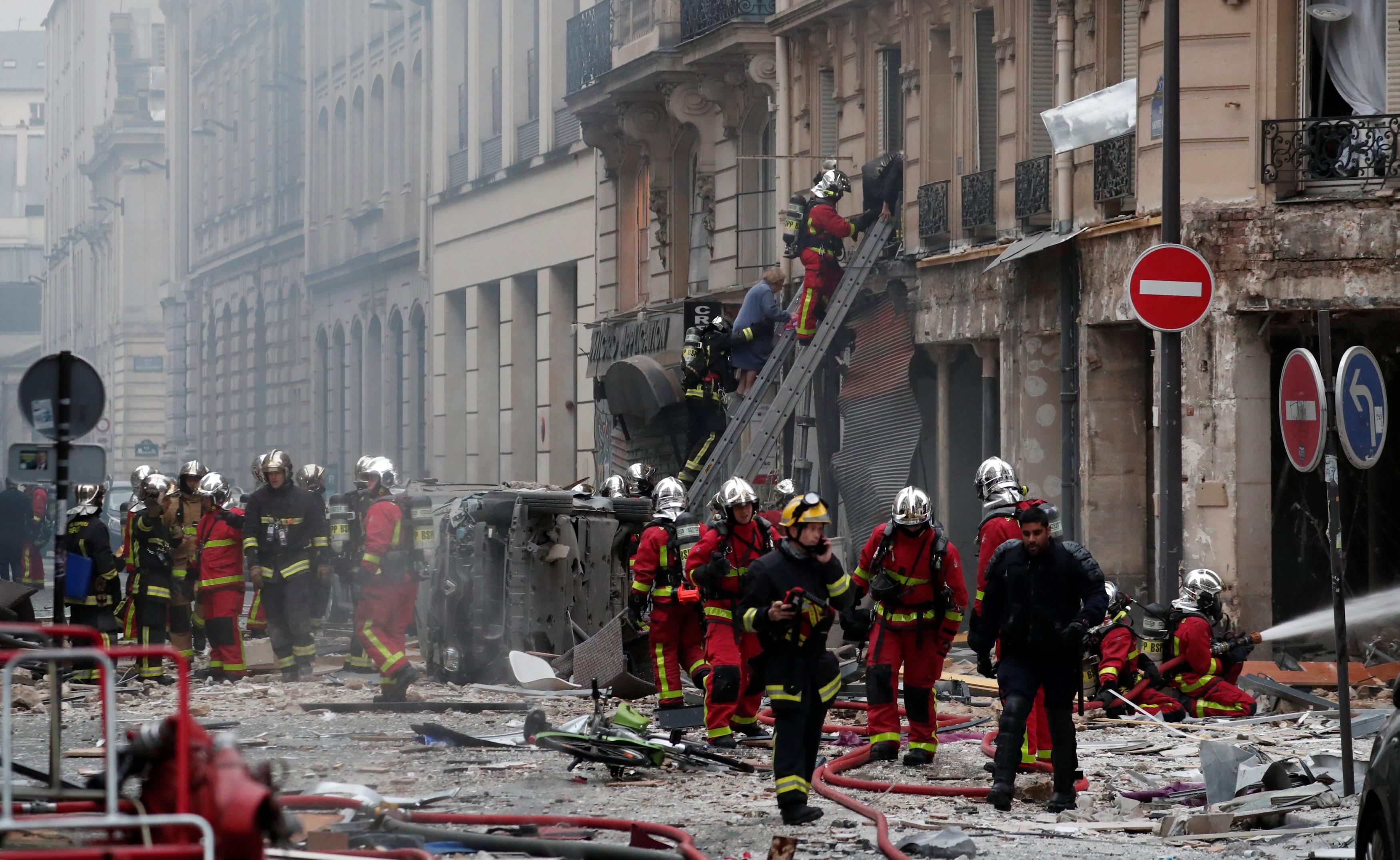 firemen-work_1 Τέσσερις νεκροί από την ισχυρή έκρηξη σε αρτοποιείο στο κέντρο του Παρισιού