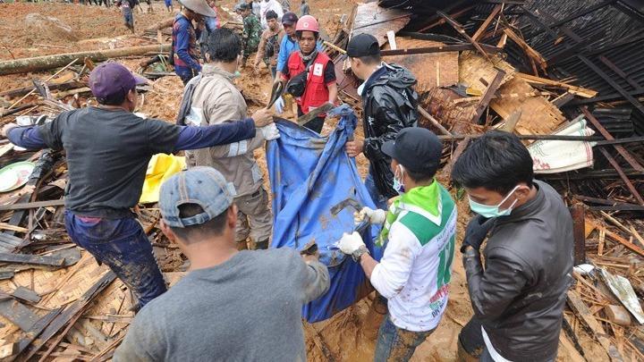 w02-64557INDONESIALANDSLIDE Φονικές πλημμύρες με 85 νεκρούς στις Φιλιππίνες