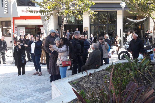 307703-e1549874284816 Αντρας θέλει να αυτοπυρποληθεί στην πλατεία Κορνάρου