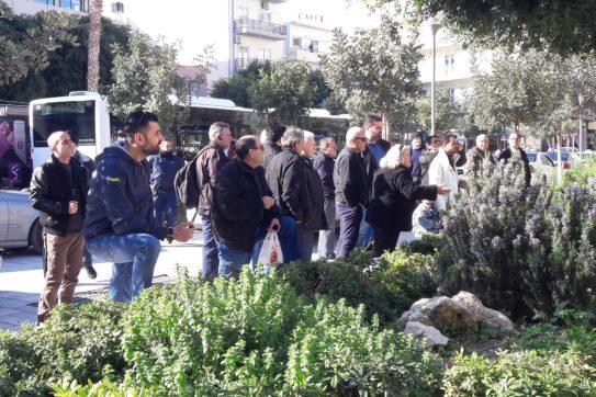 307705-e1549874006644 Αντρας θέλει να αυτοπυρποληθεί στην πλατεία Κορνάρου