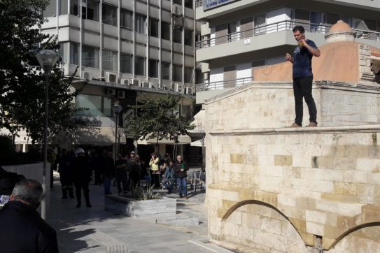 307706-e1549874556679 Αντρας θέλει να αυτοπυρποληθεί στην πλατεία Κορνάρου