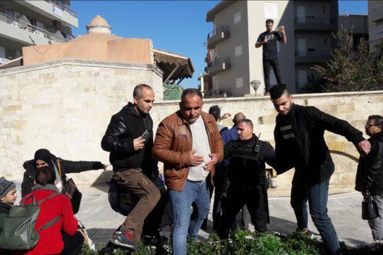 307713-e1549874807198 Αντρας θέλει να αυτοπυρποληθεί στην πλατεία Κορνάρου