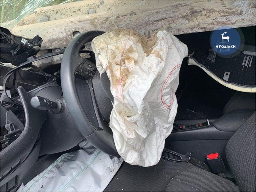 """1aa26d95d97c66d1b7957779d0c0d18f Αυτοκίνητο έπεσε πάνω στις μπάρες, που το """"σούβλισαν""""!"""