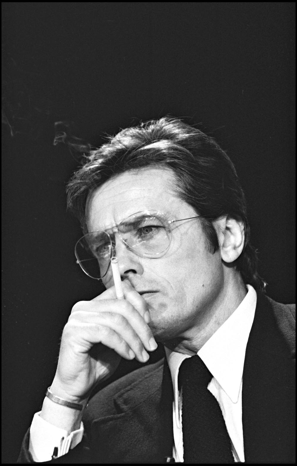 Alain-Delon-cigar Αλαίν Ντελόν: Ο πολυαγαπημένος γόης όλων των γυναικών