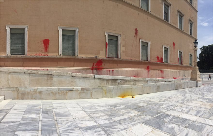 mpogies02 Επίθεση του Ρουβίκωνα στο κτίριο της Βουλής με μπογιές και καπνογόνα!