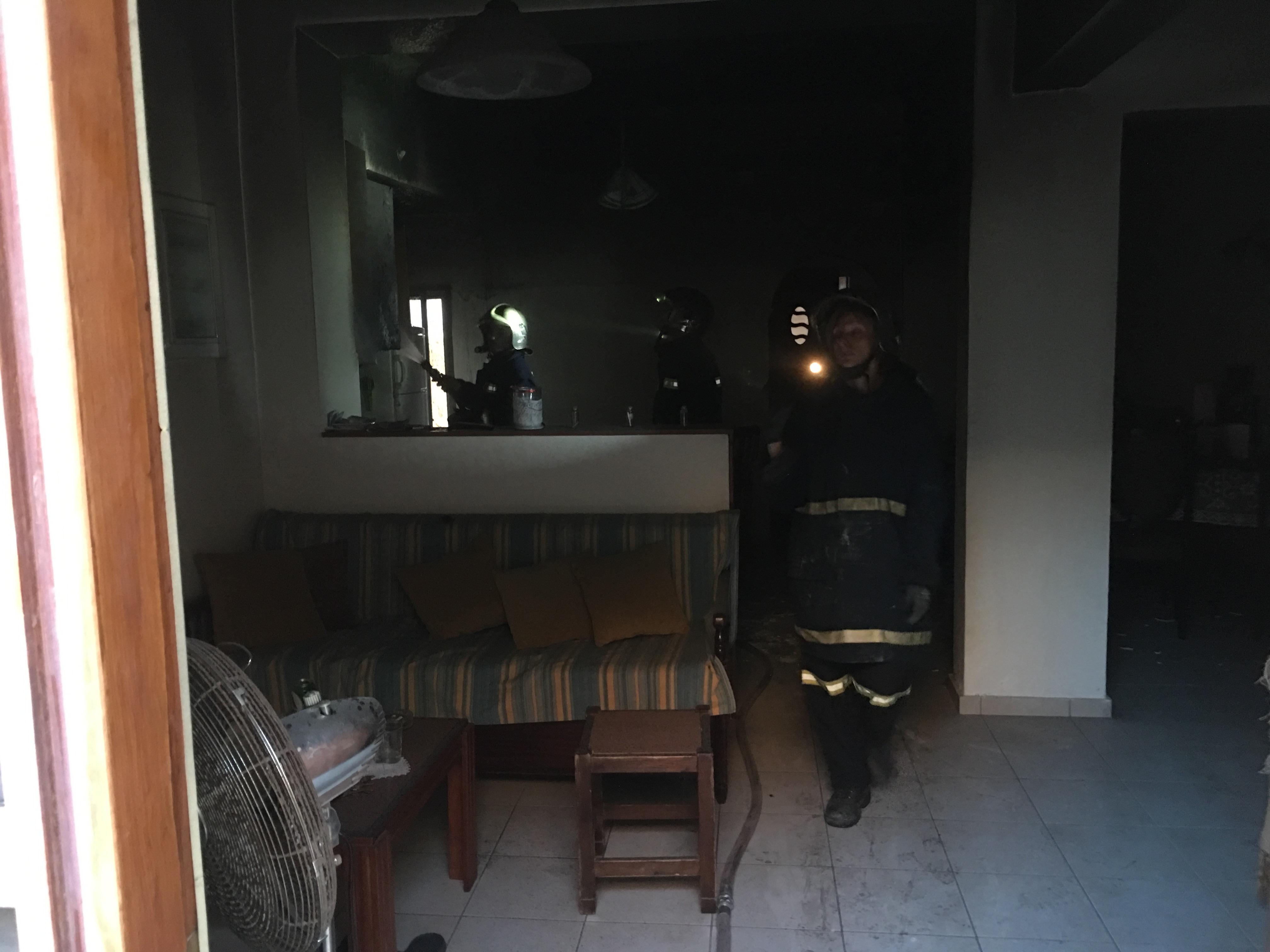IMG_5081 Πυρκαγιά σε σπίτι της Αγίας Τριάδας - Δεν χωρούσαν τα οχήματα της Πυροσβεστικής - SOS από τη συνοικία!