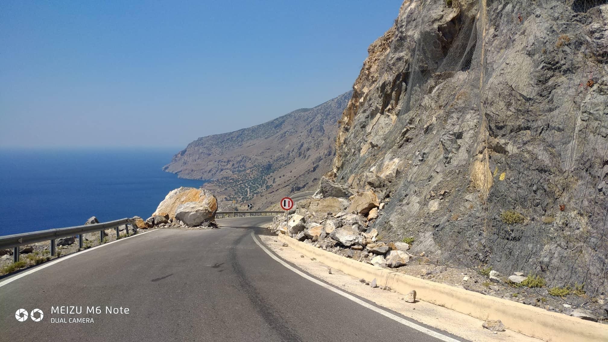 68934793_482625322513479_6542699066986332160_n Αμετακίνητος ακόμη ο βράχος μέσα στο δρόμο!