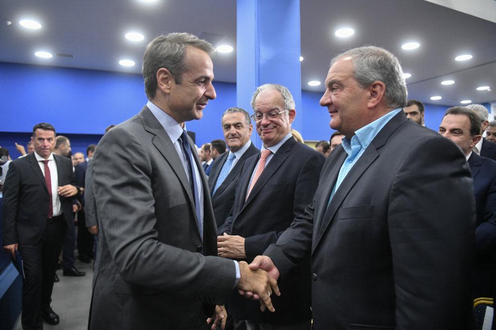 mitsotakis-karamanlis-nd-pe Μητσοτάκης: Όπλα της κυβέρνησης της ΝΔ είναι η αλήθεια, η δουλειά και οι λύσεις στα προβλήματα