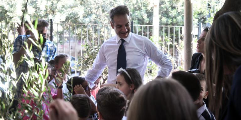 mitsotakis-agiasmos-sxoleio-mathites-201-09-011 Ο Κυριάκος ευδιάθετος με τους μαθητές
