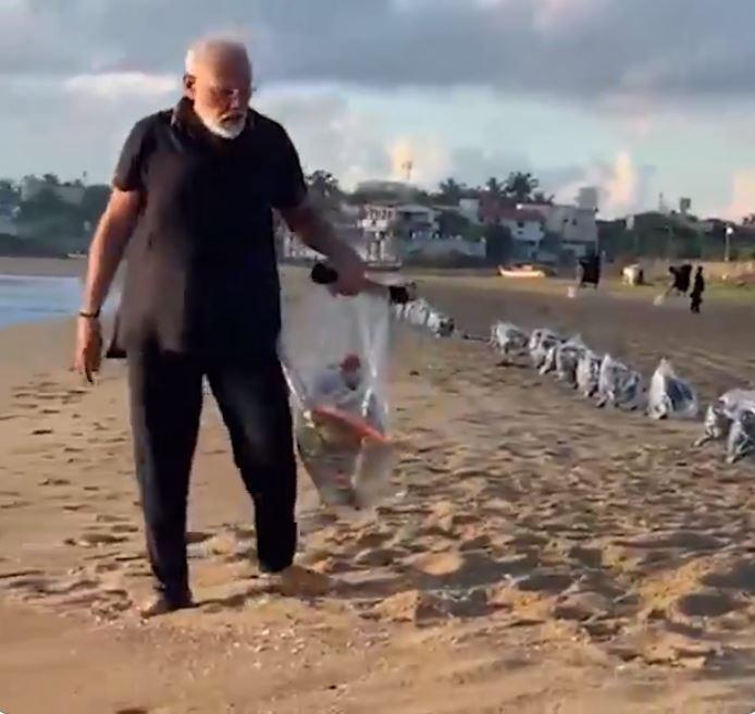 modi-skoupidia Ο πρωθυπουργός της Ινδίας μαζεύει ξυπόλυτος σκουπίδια από παραλία και το βίντεο γίνεται viral [βίντεο]